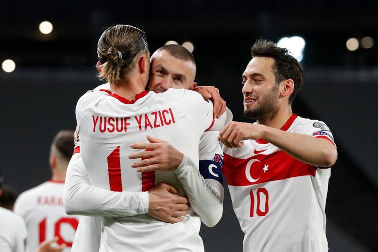 türkiye milli takımı 24.03.2021 hollanda maçı burak yılmaz yusuf yazıcı ve hakan çalhanoğlu gol sevinci yaşıyor
